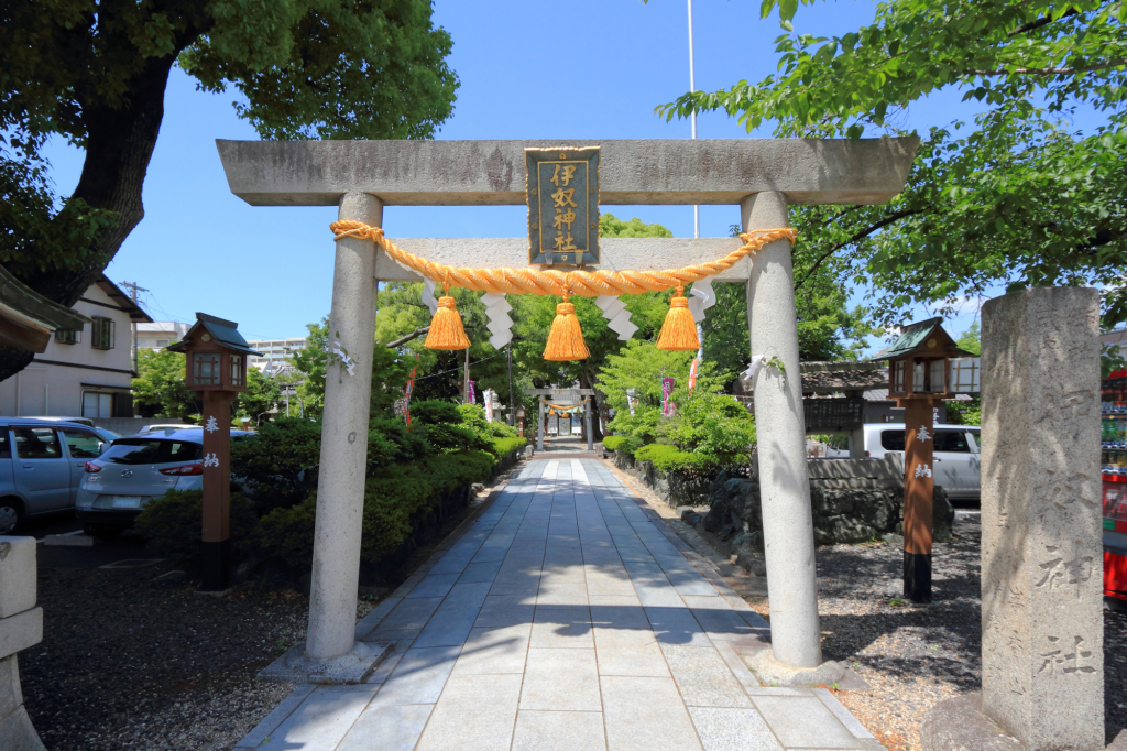 inu shrine torii gate