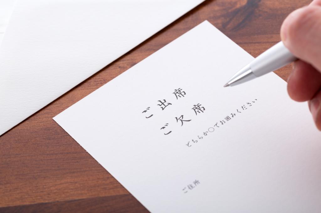 填寫婚禮邀請回函的場景