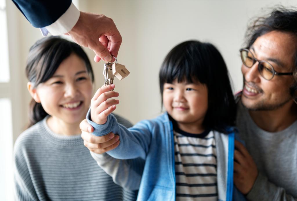 遞鑰匙給一家三口的女兒