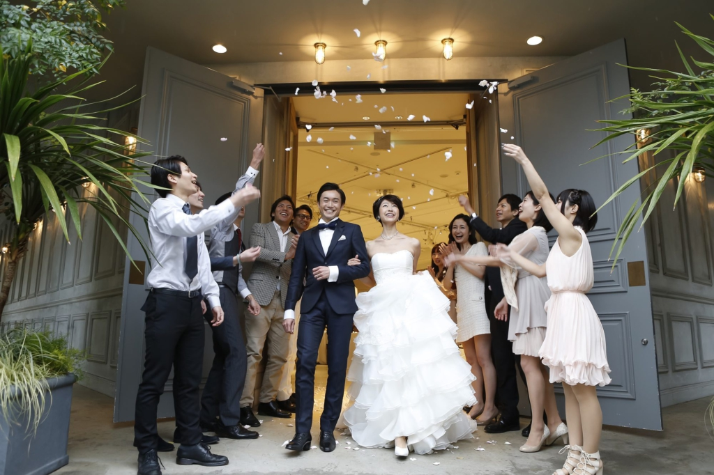 新人從婚禮會場大門步出接受親朋好友們的祝福