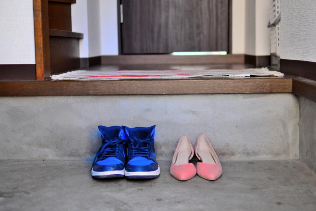 藍色球鞋與粉色跟鞋並排在玄關