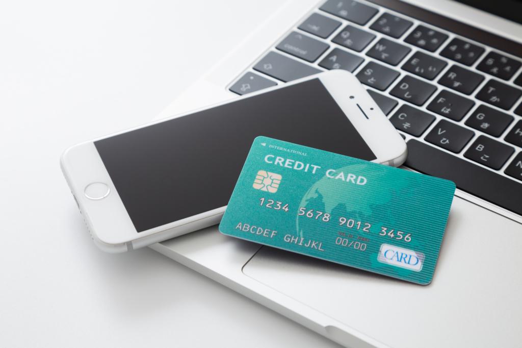 điện thoại, máy tính và thẻ tín dụng