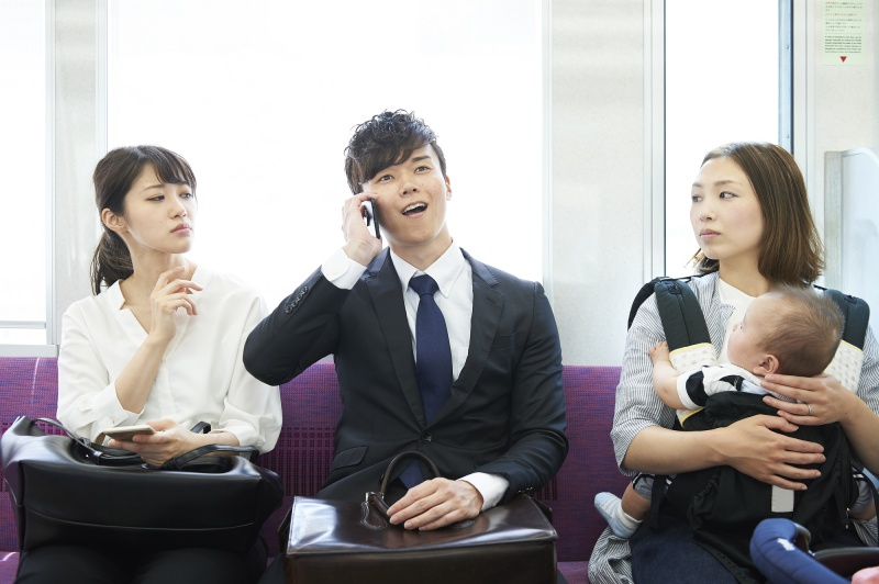 thanh niên đang nói chuyện điện thoại trên tàu