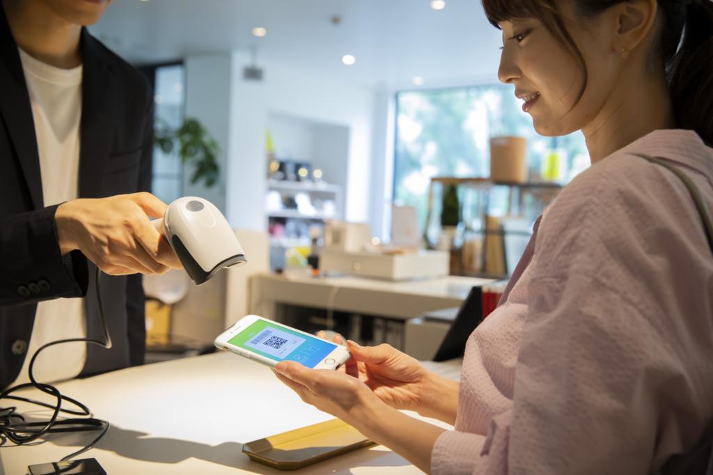女性消費者使用手機條碼行動付款