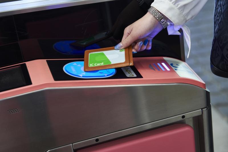 chạm thẻ IC tại cửa soát vé để đi qua
