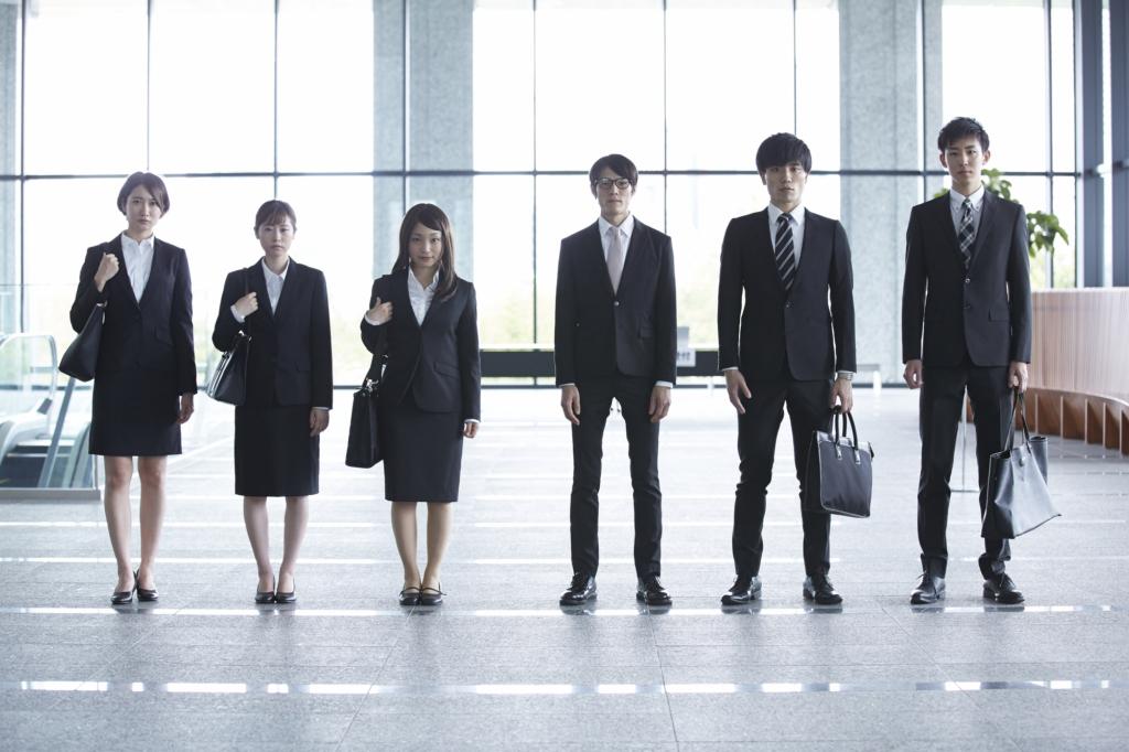 大廳裡六位穿著西裝與套裝的求職男女