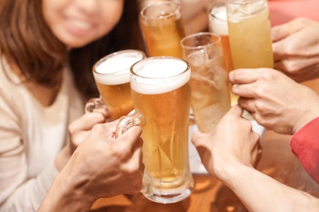 多人一起用啤酒乾杯圖