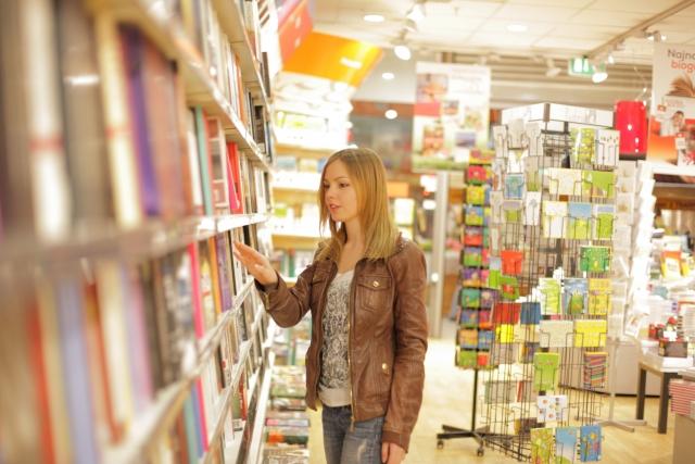 金髮歐美女性在書店裡