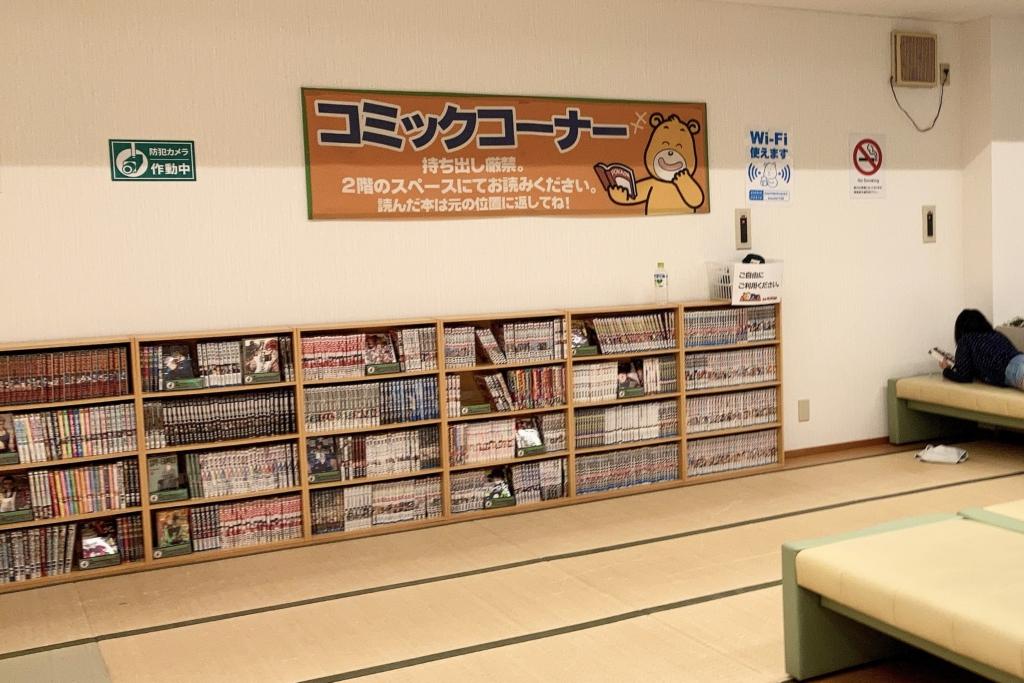 漫畫書櫃與榻榻米地板