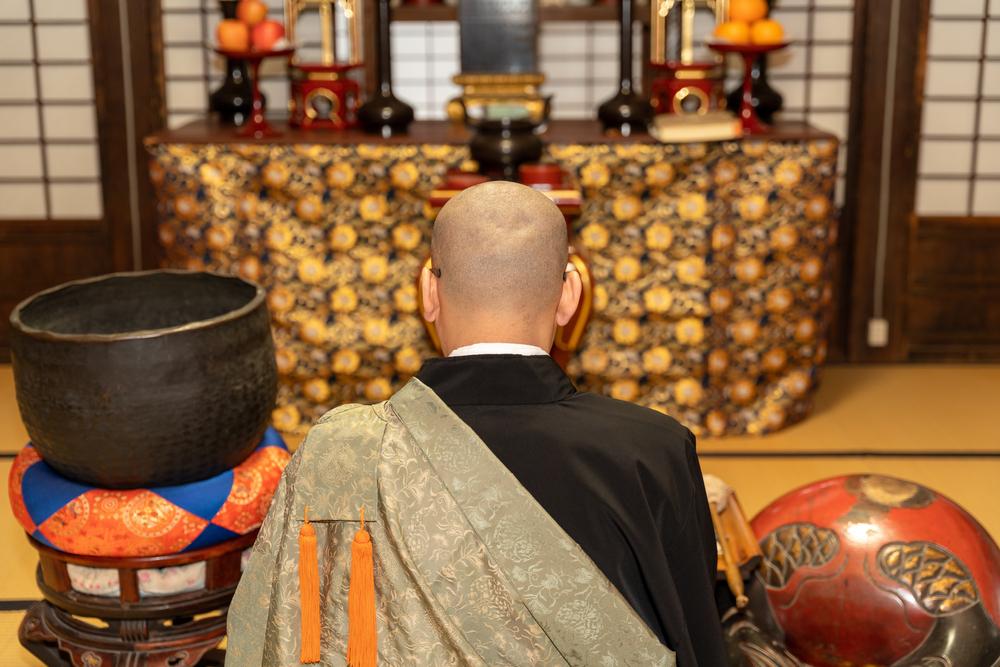 nhà sư Phật giáo niệm kinh Phật