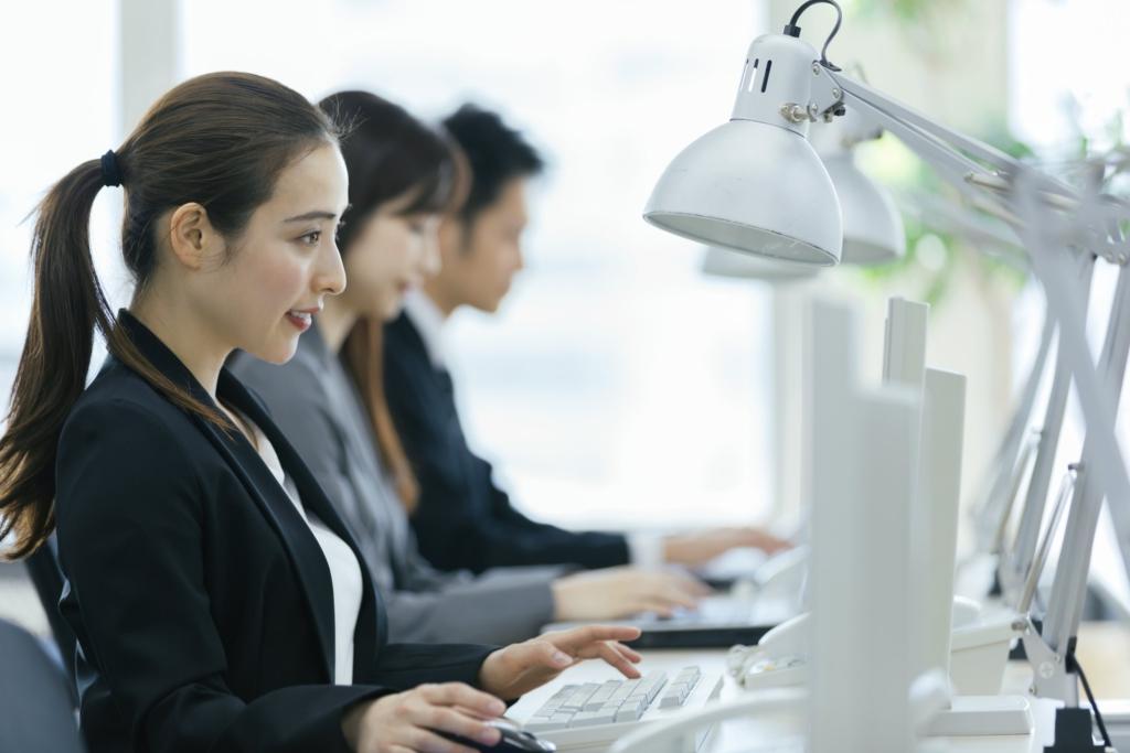 nhân viên đang ngồi trước máy tính làm việc