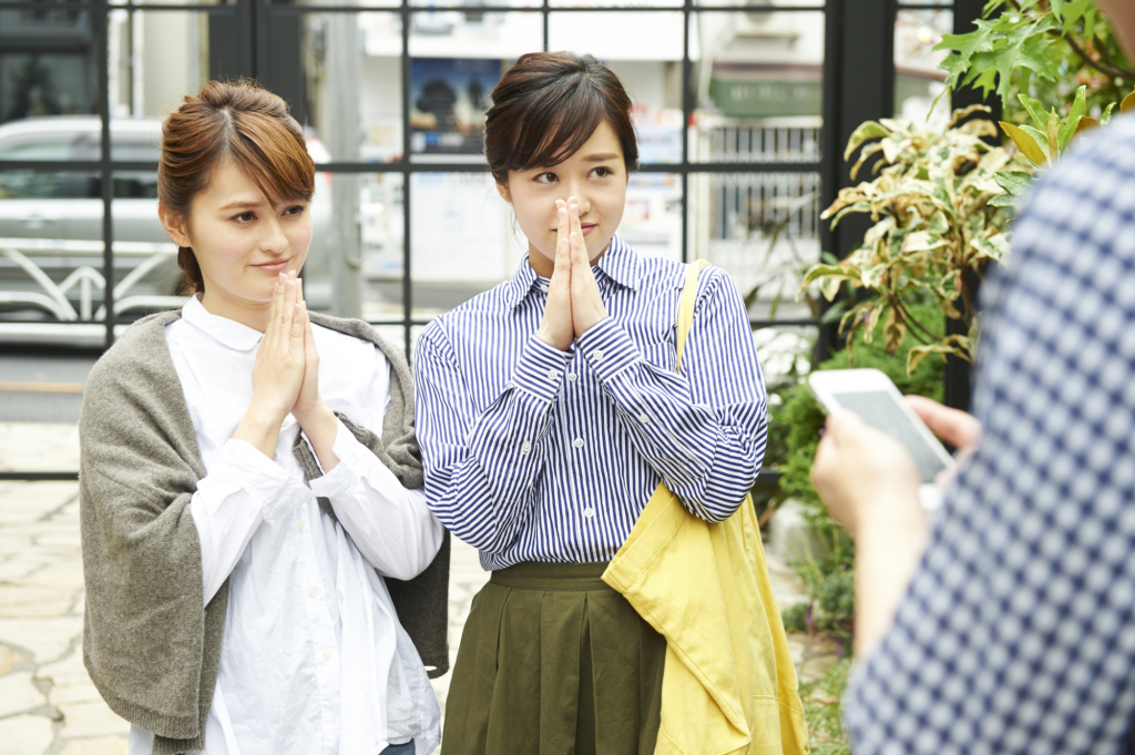 兩位女性雙手合十圖