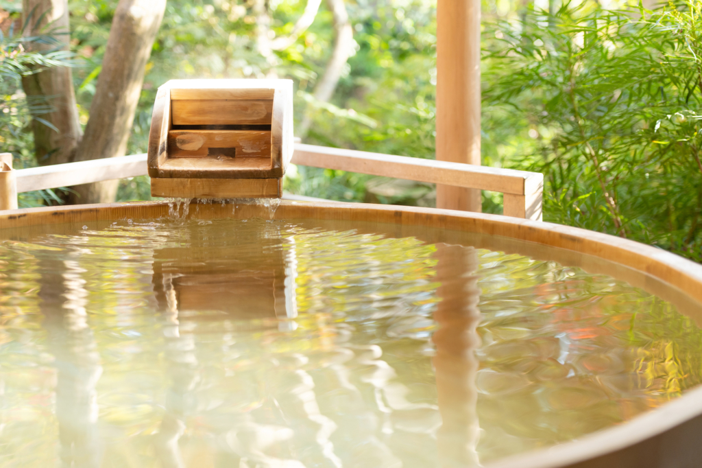 可看見樹木的木桶溫泉浴池