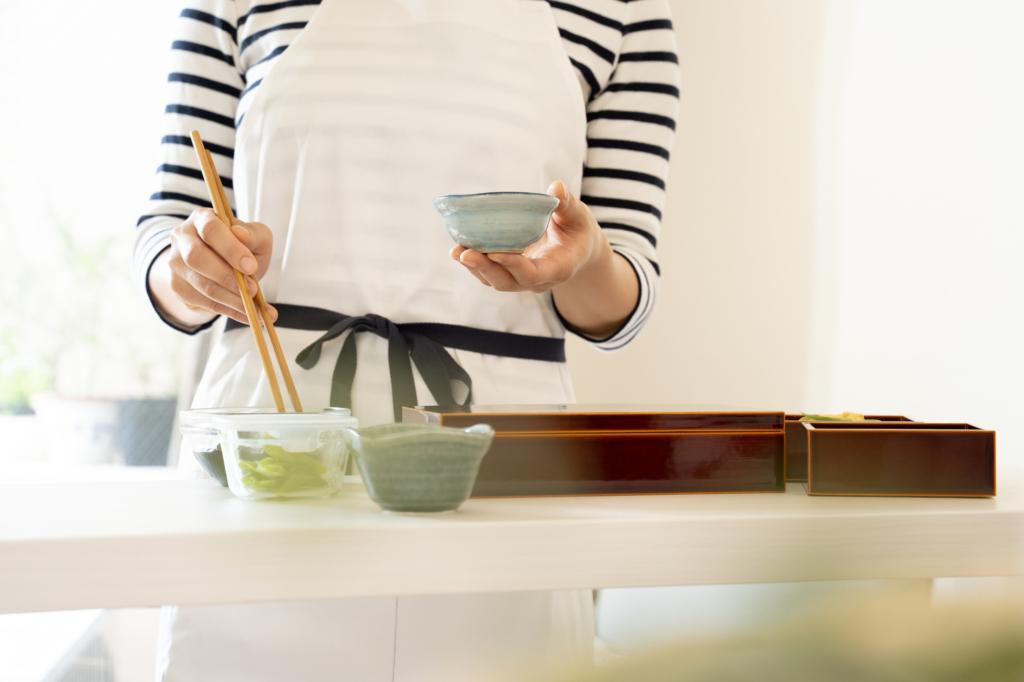 người phụ nữ đang chuẩn bị nấu osechi ryori