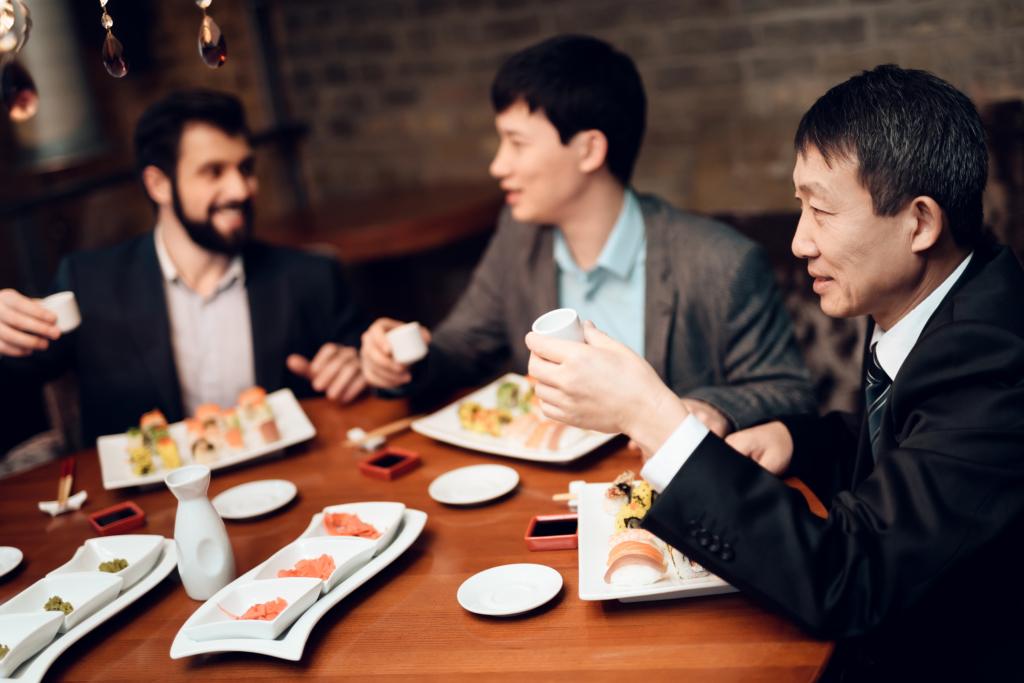 上班族們在餐桌上以清酒乾杯
