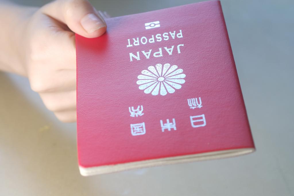 手拿紅色日本護照