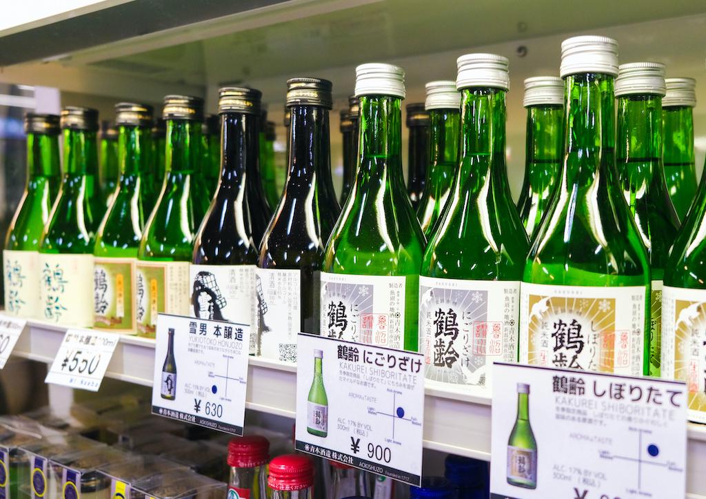 貨架上的一排綠色瓶身清酒玻璃瓶