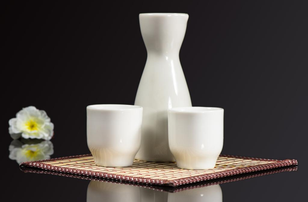 桌上擺有清酒壺和清酒杯