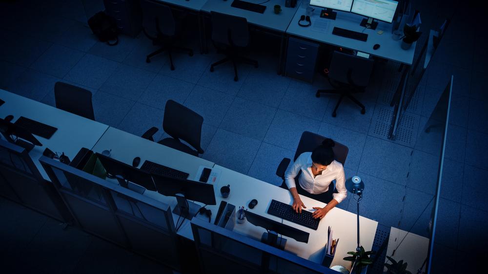 男子在辦公室獨自加班