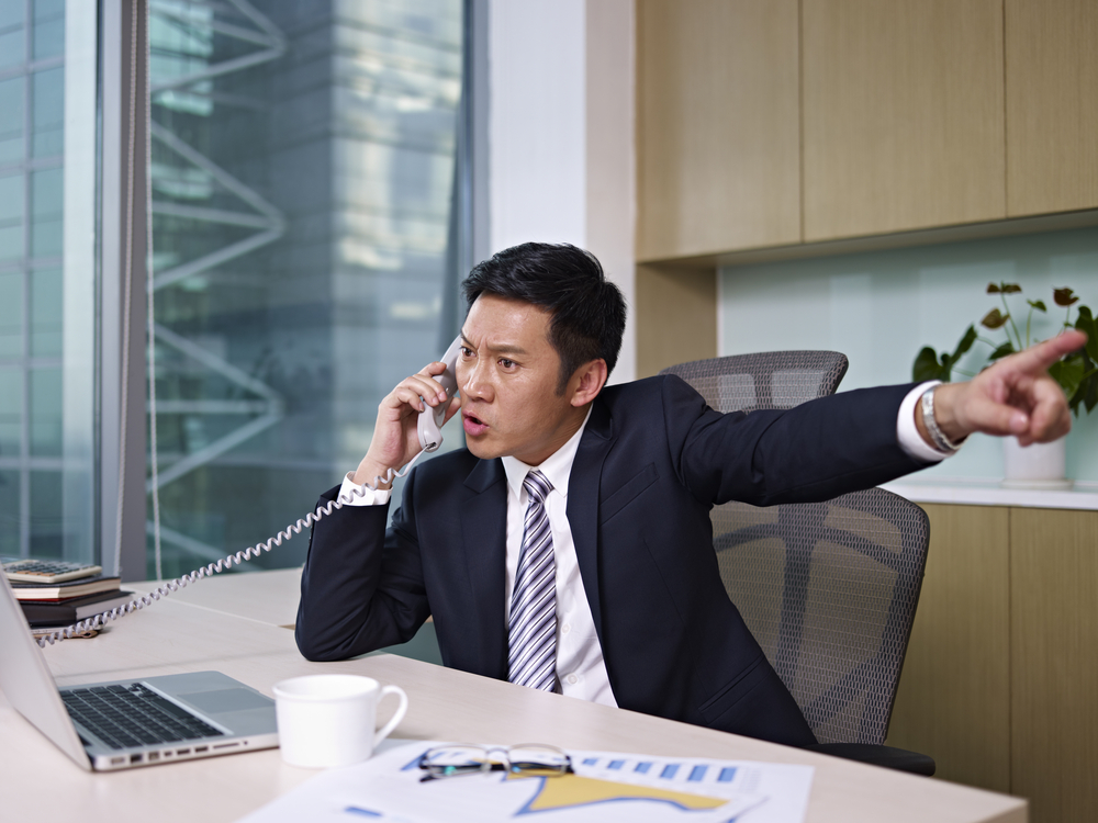 男老闆生氣拿著電話吼