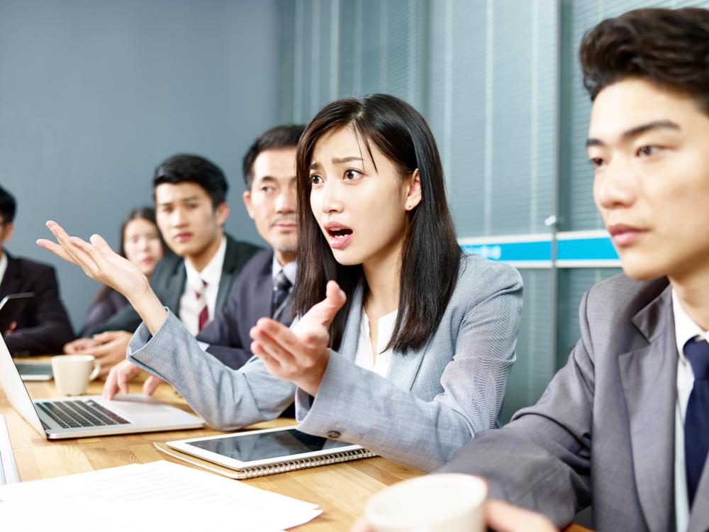 女子在會議上提出質疑
