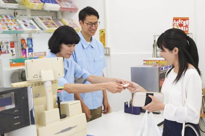 nhân viên người nước ngoài làm việc tại cửa hàng tiện lợi