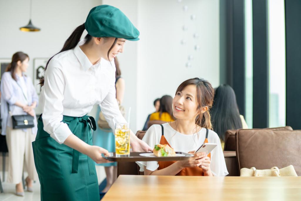 nhân viên phục vụ bàn và khách hàng
