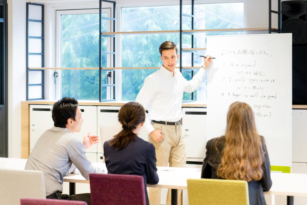 giáo viên đang dạy tiếng Anh cho học viên