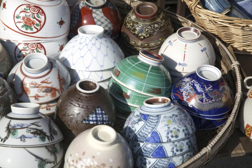 籃子裡疊放滿滿的清水燒碗