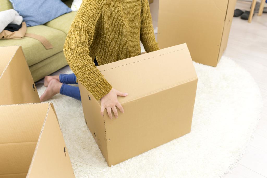 女子在客廳中打包紙箱