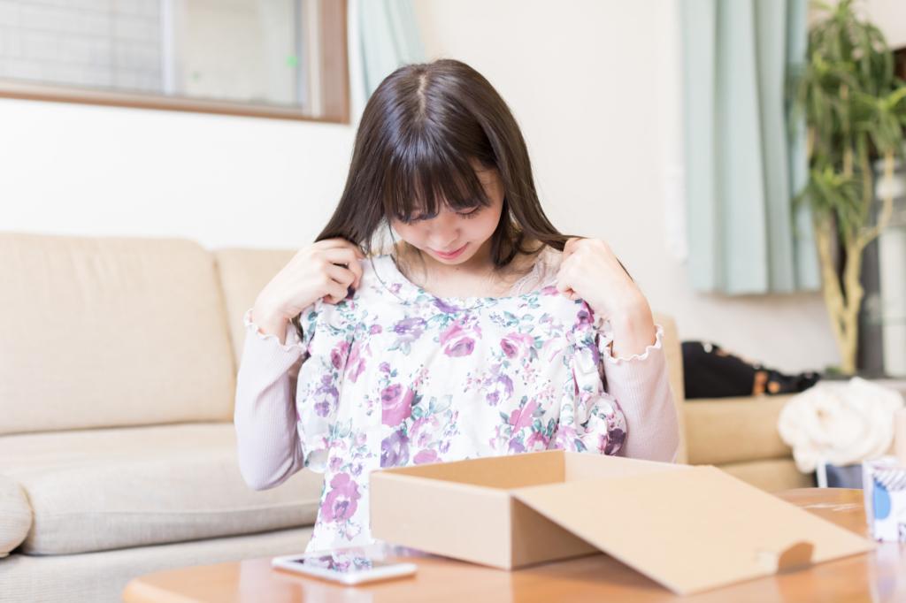 cô gái đang thử áo