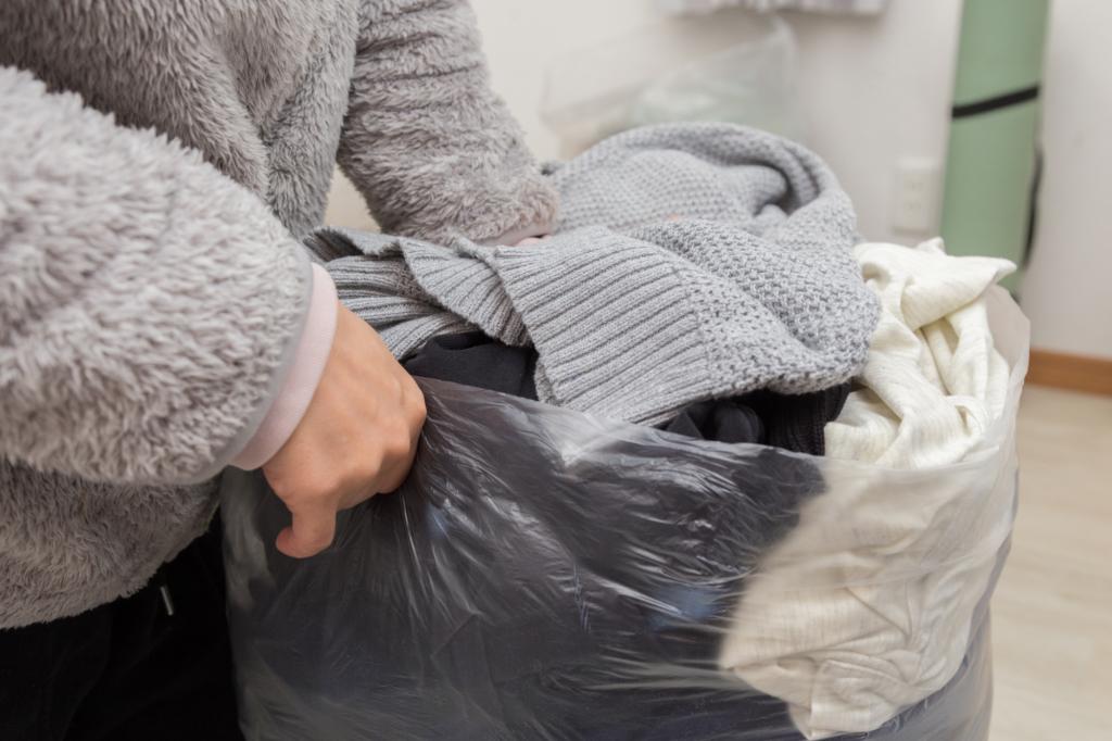 女子正在用透明大塑膠袋塞衣服