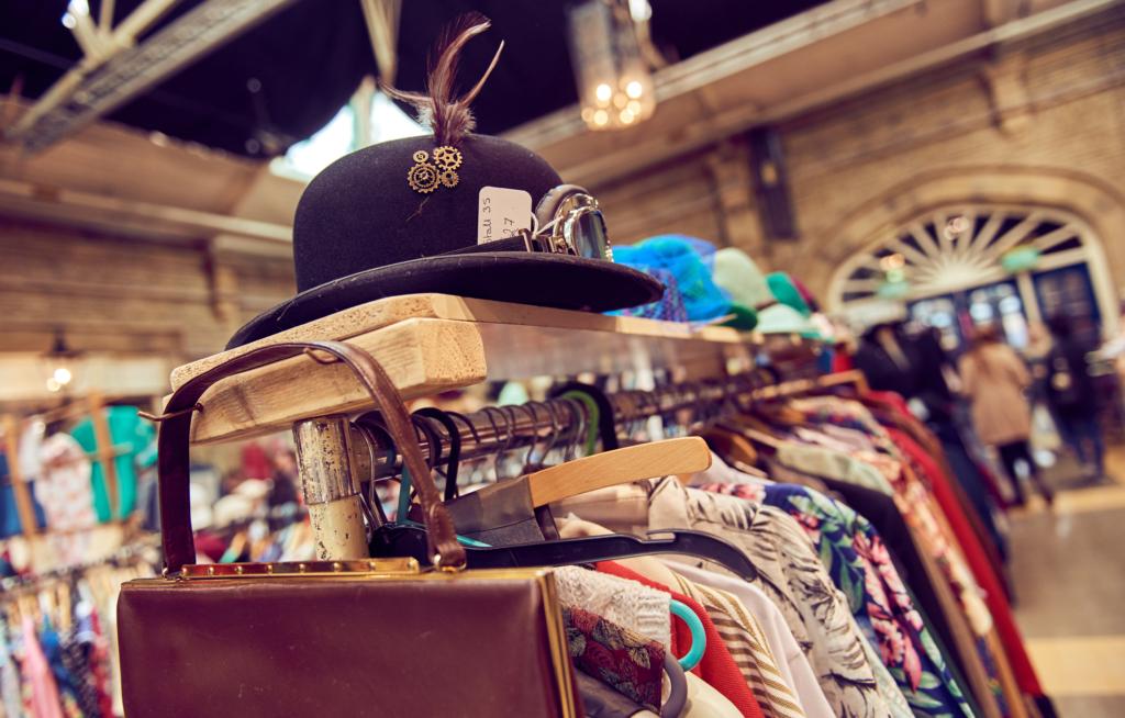 商店裡的貨架掛滿衣服和包包帽子