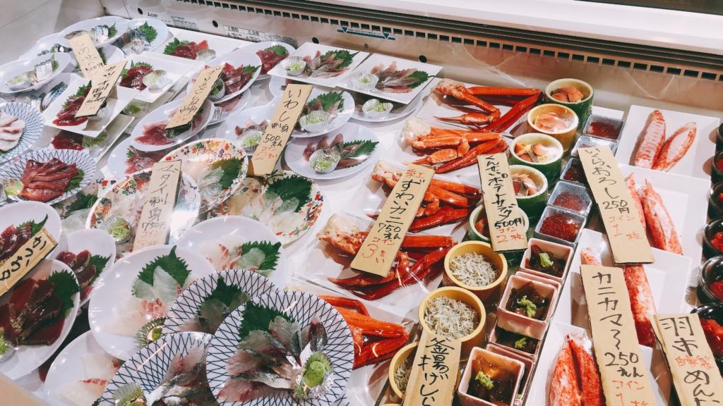 冷凍櫃裡排列著海鮮商品