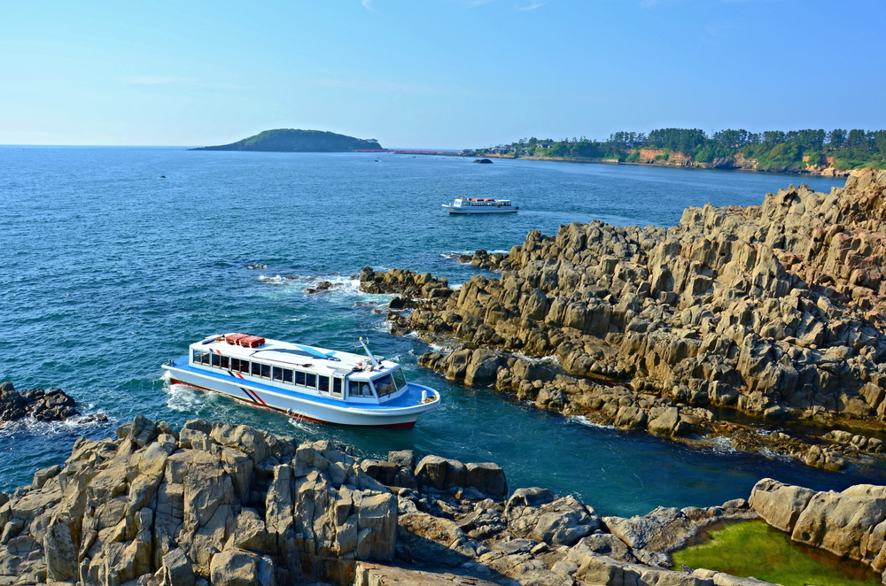 Sightseeing boat at Tojinbo