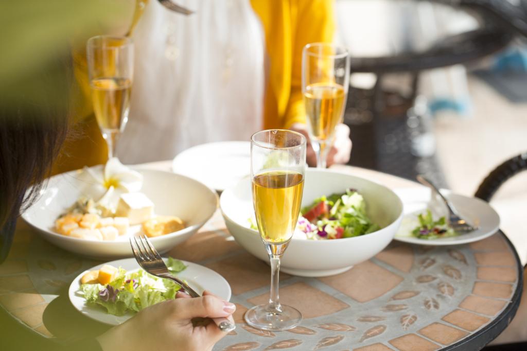 女子聚會的餐桌上擺著沙拉與香檳酒