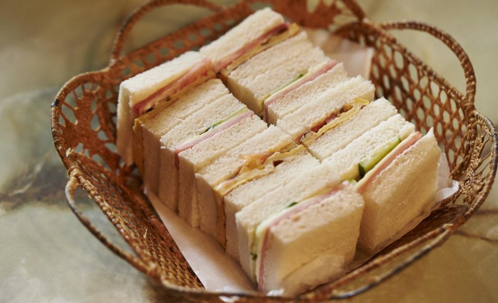 咖啡廳桌上竹籃裡裝著三明治的近照