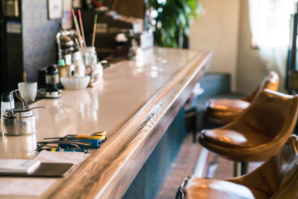 咖啡廳的吧台與椅子