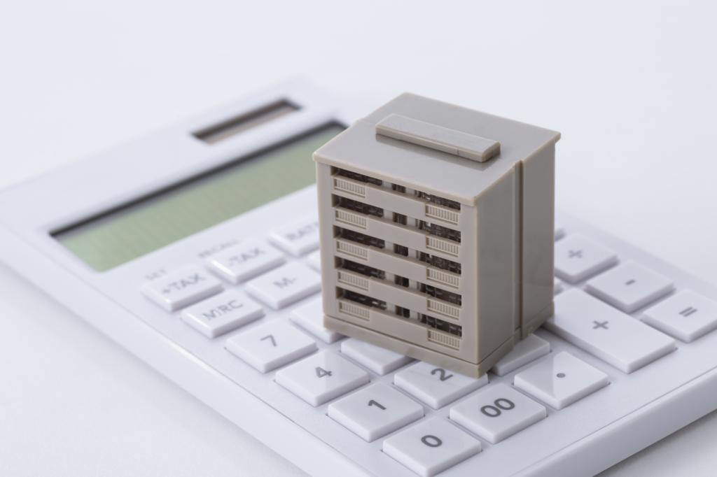 計算機上放上一個大樓模型