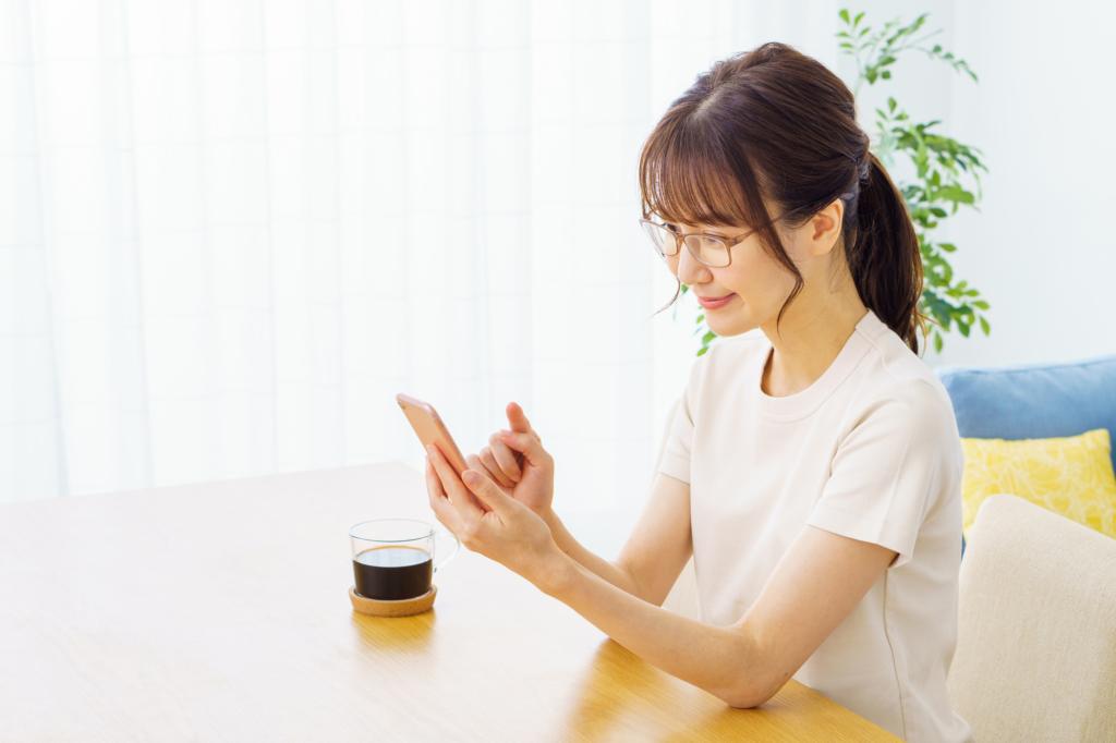 cô gái đang tìm kiếm thông tin trên điện thoại