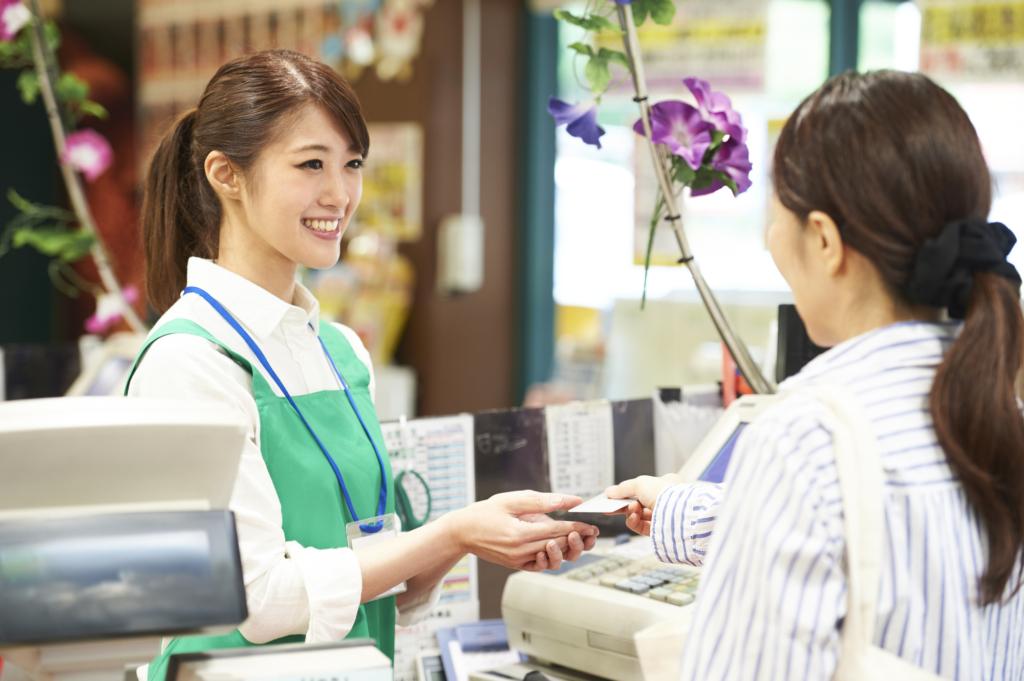 顧客遞信用卡給收銀區店員