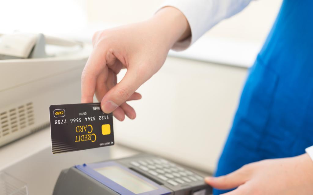 店員正在對著機器準備刷信用卡