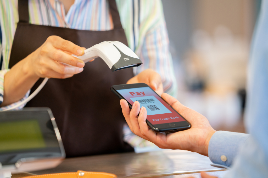 顧客秀出手機畫面讓店員正在刷取qrcode