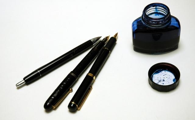 黑色筆管的鋼筆與黑藍色墨水