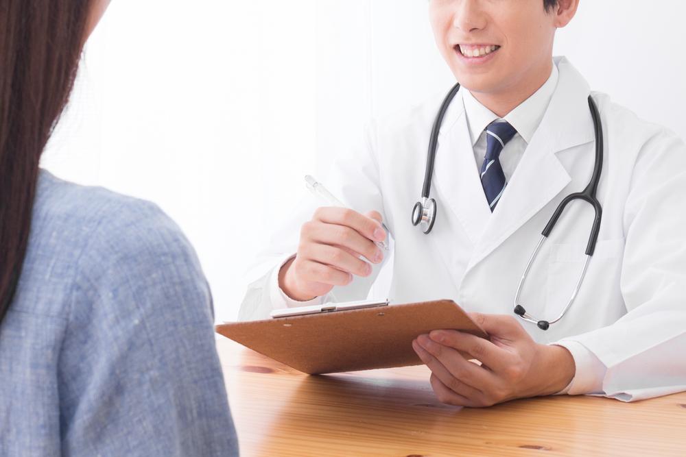 Tới các phòng khám y tế để xin đơn thuốc điều trị bệnh dị ứng phấn hoa