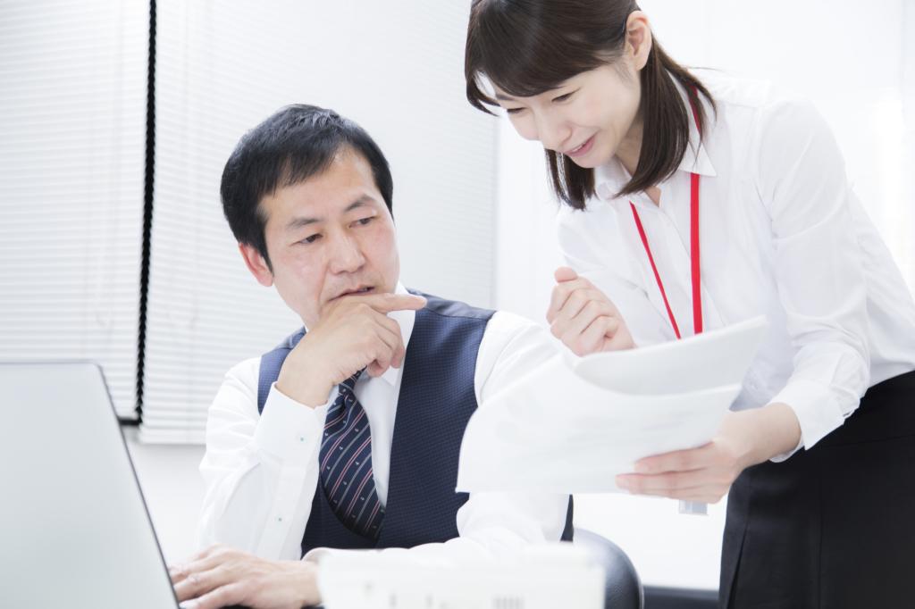 nhân viên đang báo cáo công việc với sếp