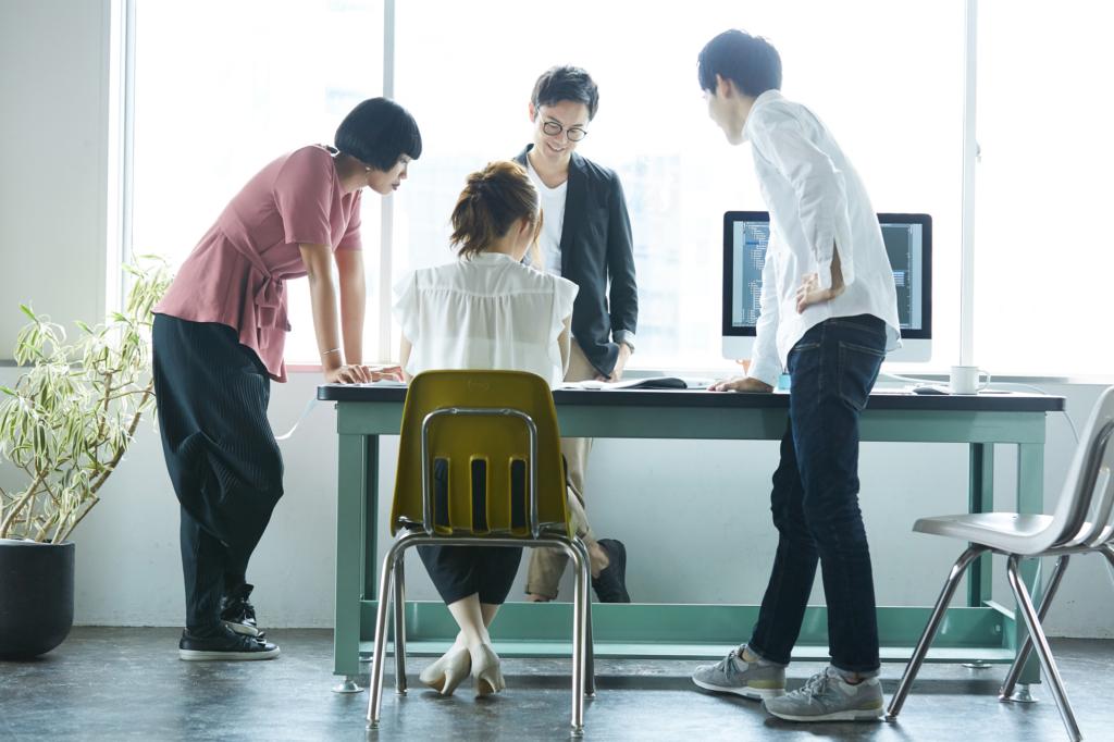 nhân viên công ty đang thảo luận công việc