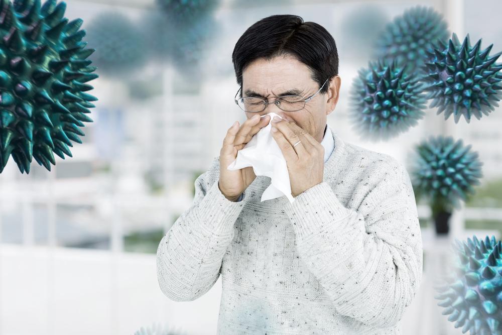 người đàn ông bị dị ứng phấn hoa